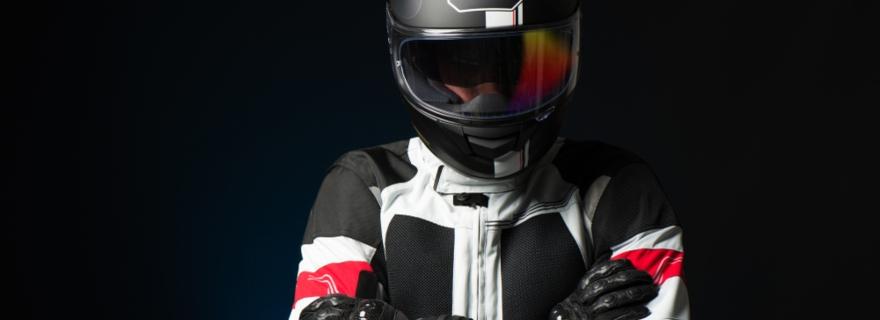 ¿Cómo cubre el seguro de moto el casco y la chaqueta?